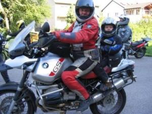 motor met kind achterop